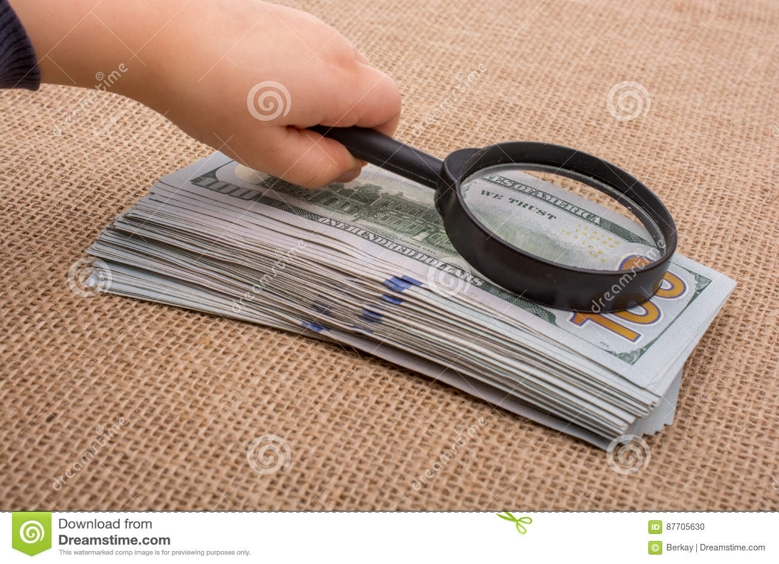 Loupe au-dessus du paquet de billet de banque du dollar US