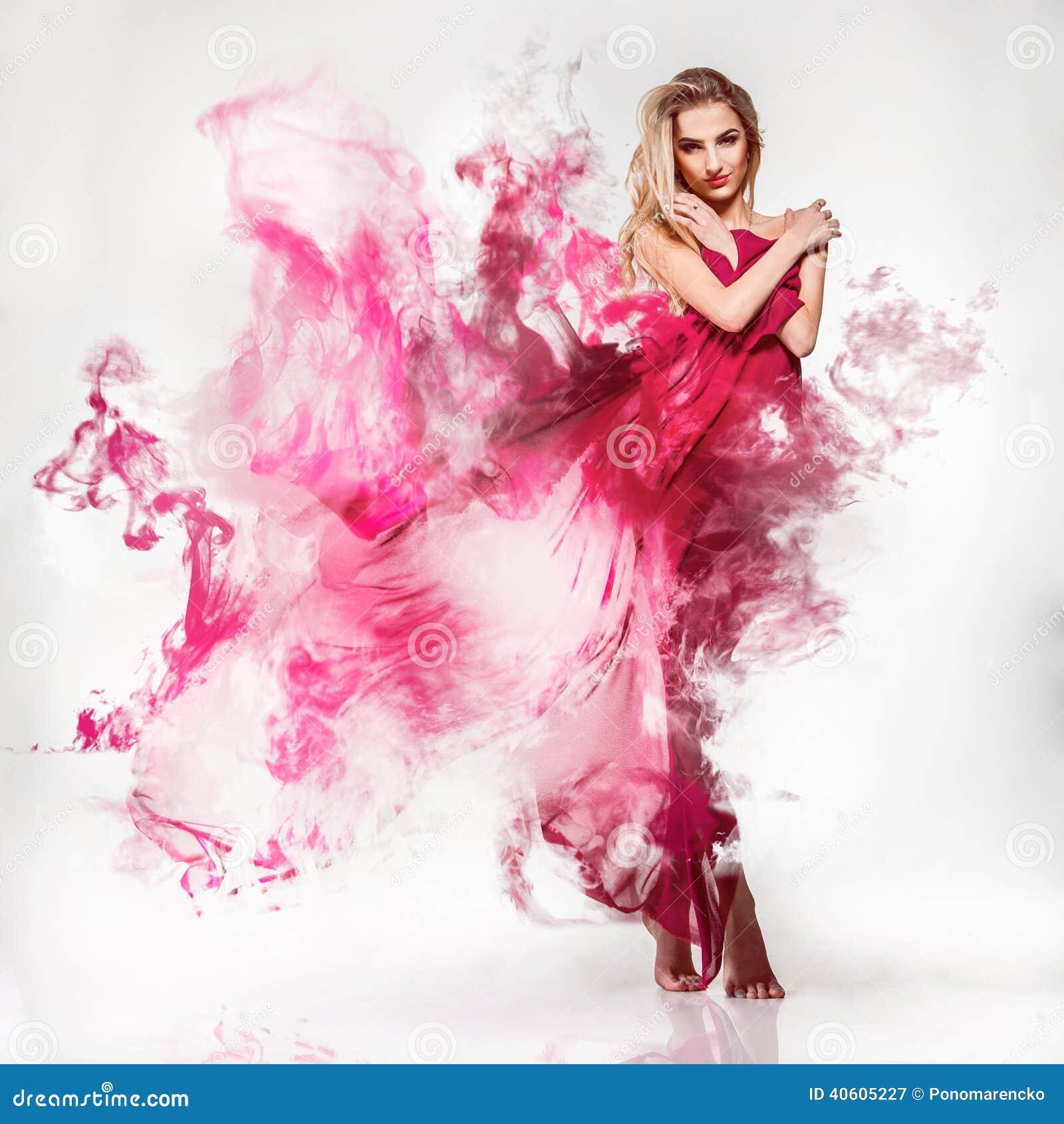 Louro adulto novo lindo no vestido cor-de-rosa com smo
