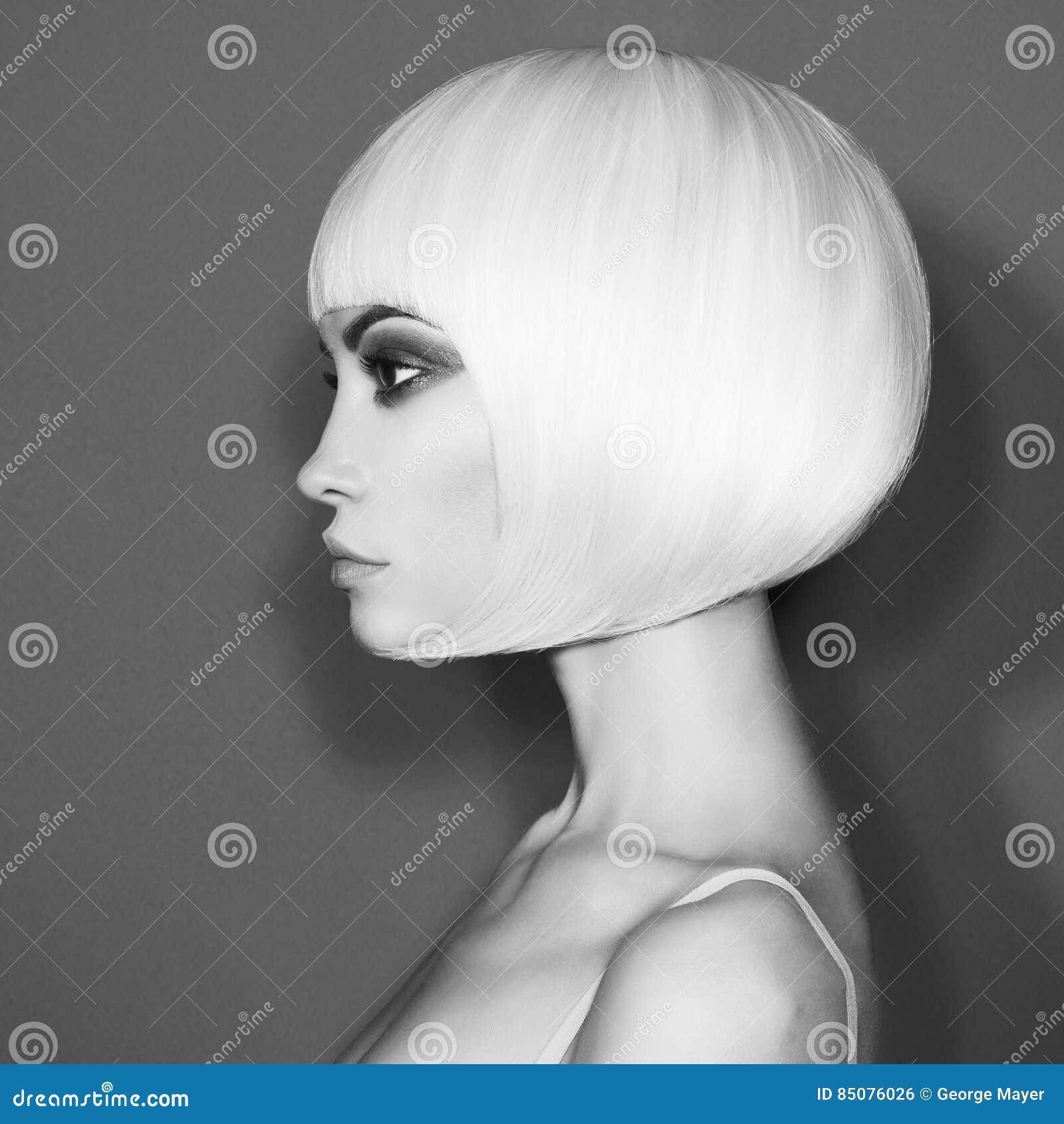 Louro bonito da forma com corte de cabelo curto