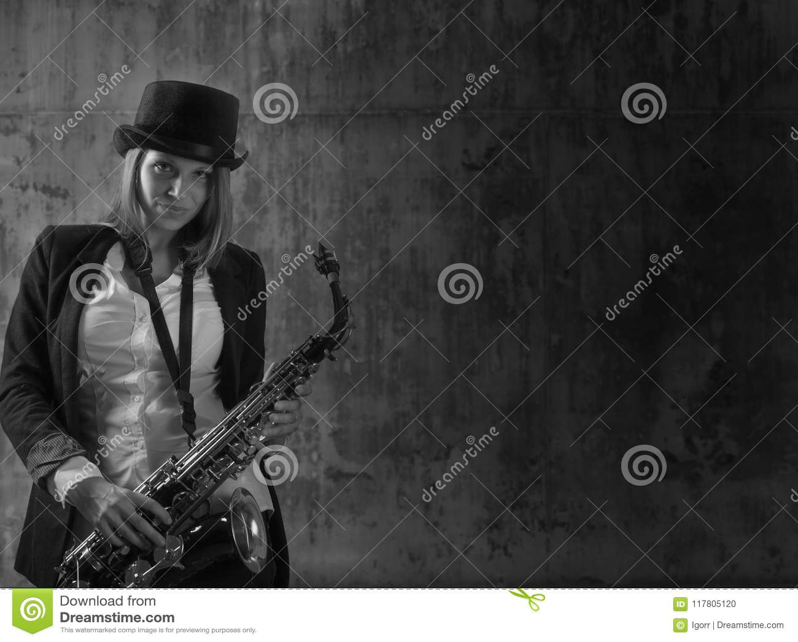Louro de cabelos compridos bonito novo com saxofone
