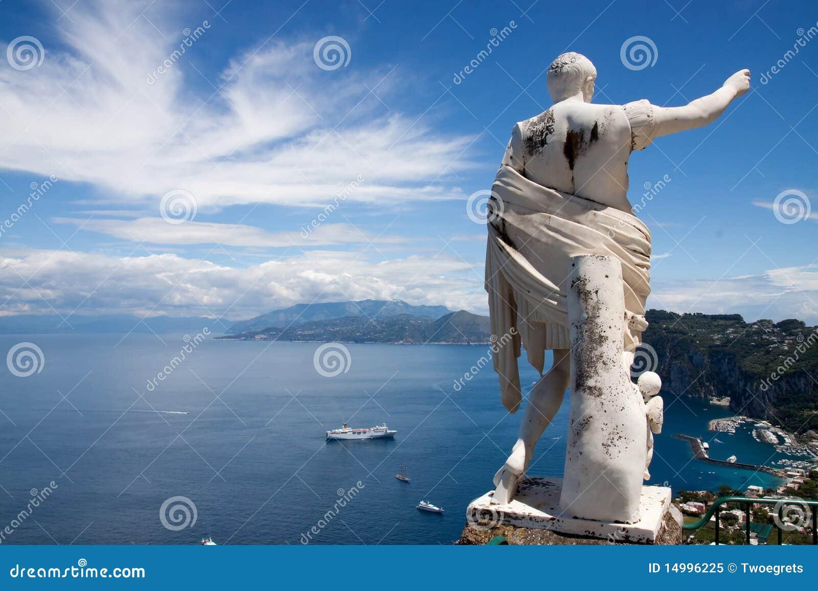Louro de Capri Italy com estátua de caesar