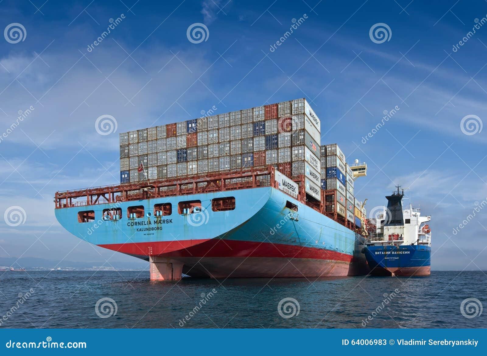 Louro de Nakhodka Mar do leste (de Japão) 17 de setembro de 2015: Navio de recipiente Cornelia Maersk de Vitaly Vanykhin do petro