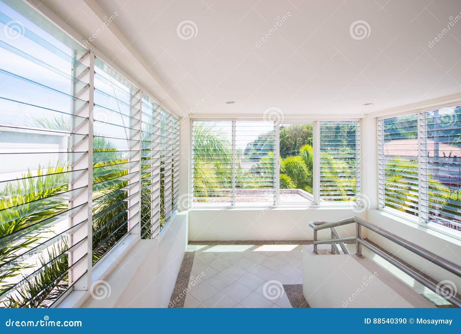 Louver γυαλιού παραθύρων στο σπίτι