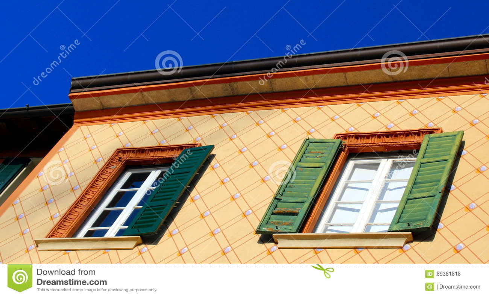 Louver παράθυρα και χρωματισμένος τοίχος σύστασης