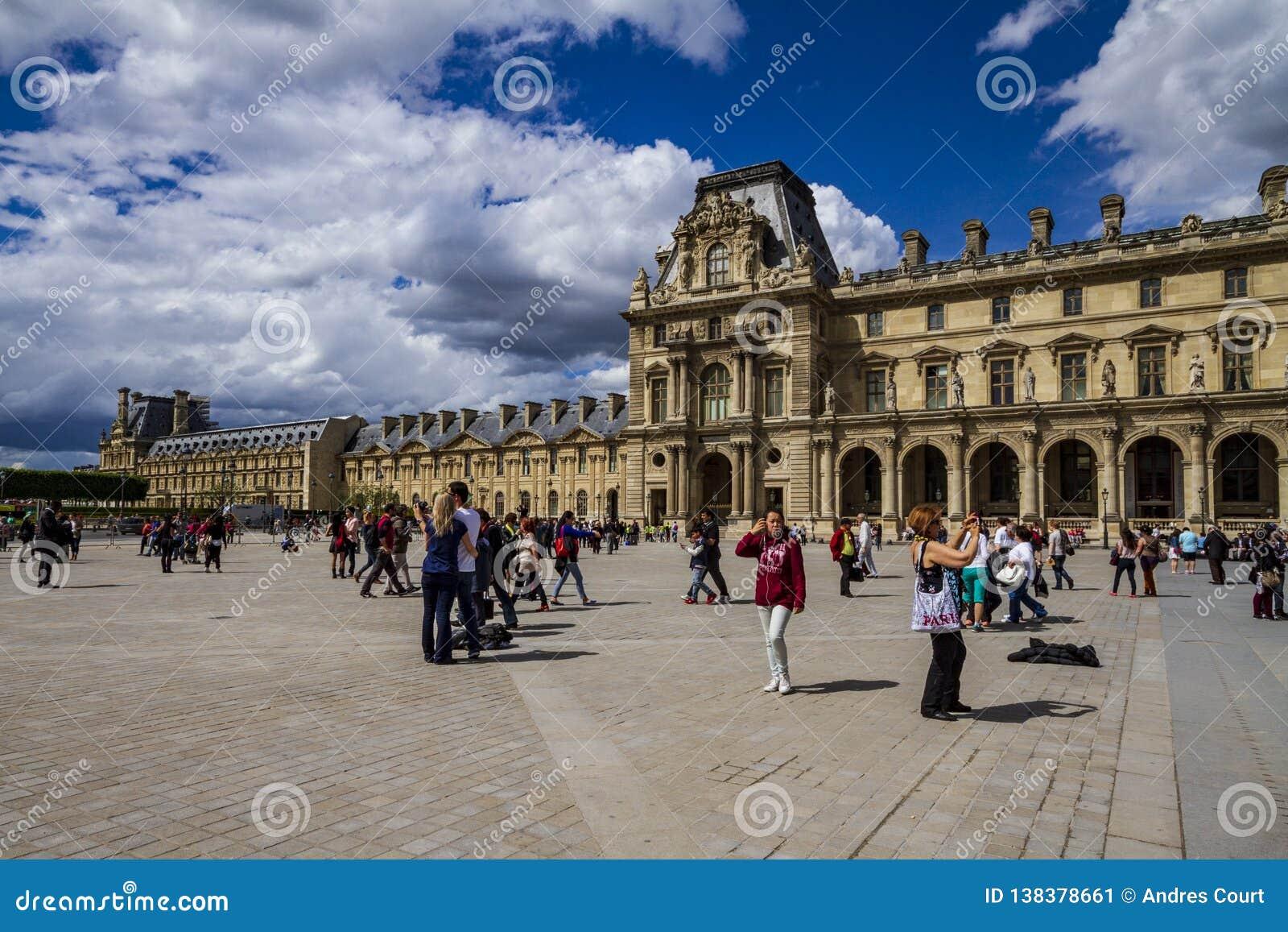 Louvre fasada w Paryż