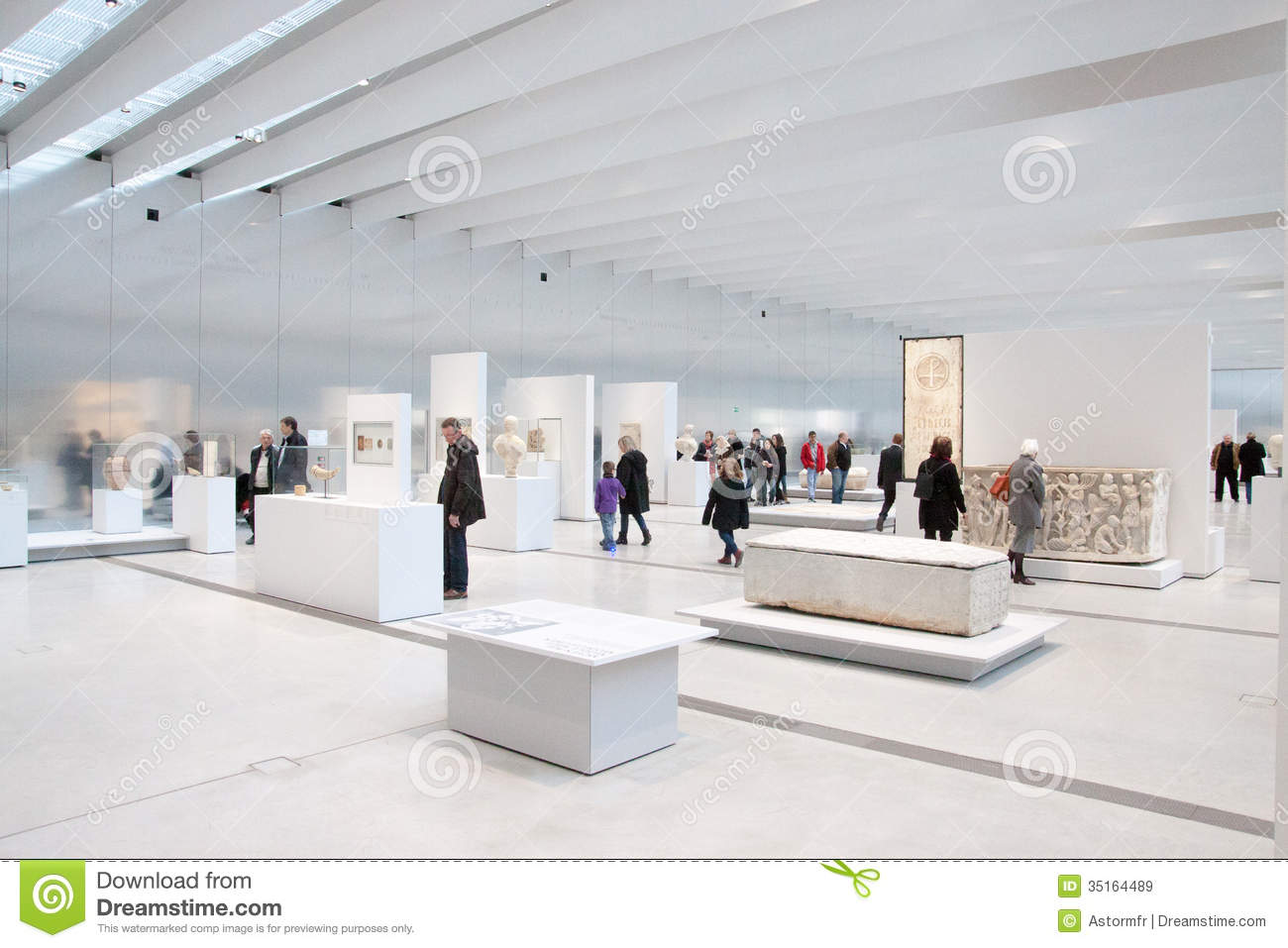 Louvre lens exposition editorial stock image image of for Louvre lens museo