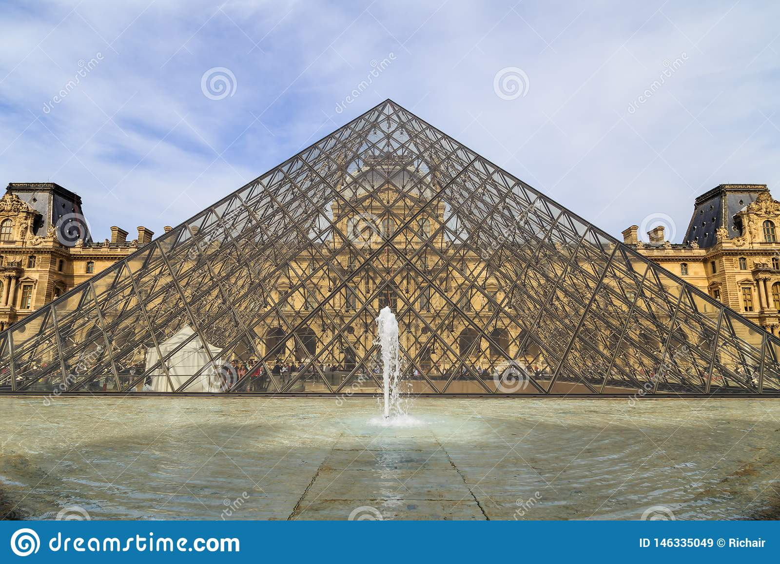 Louvre muzealny ostrosłup i historyczny budynek