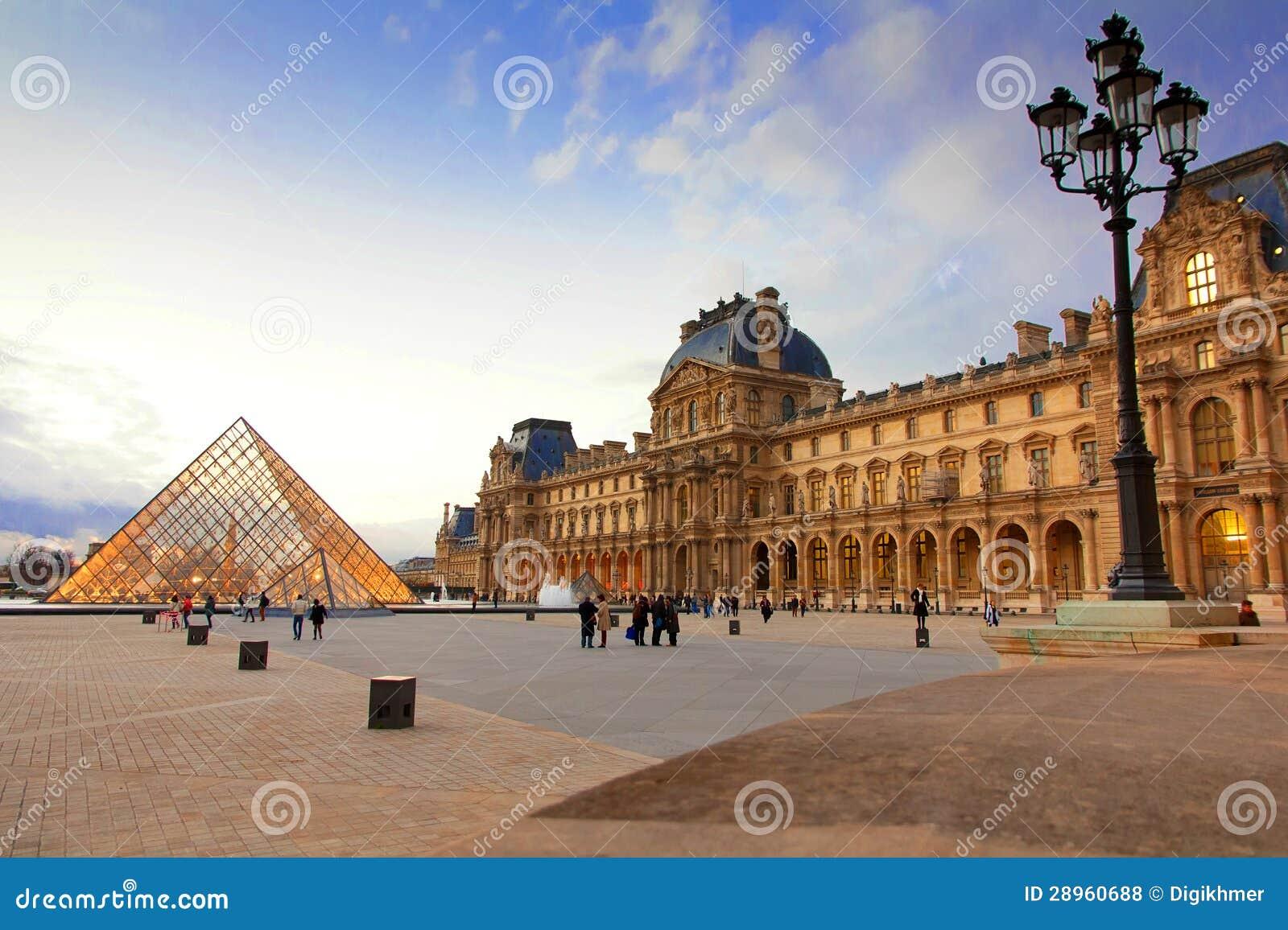 Louvre muzeum Paryż