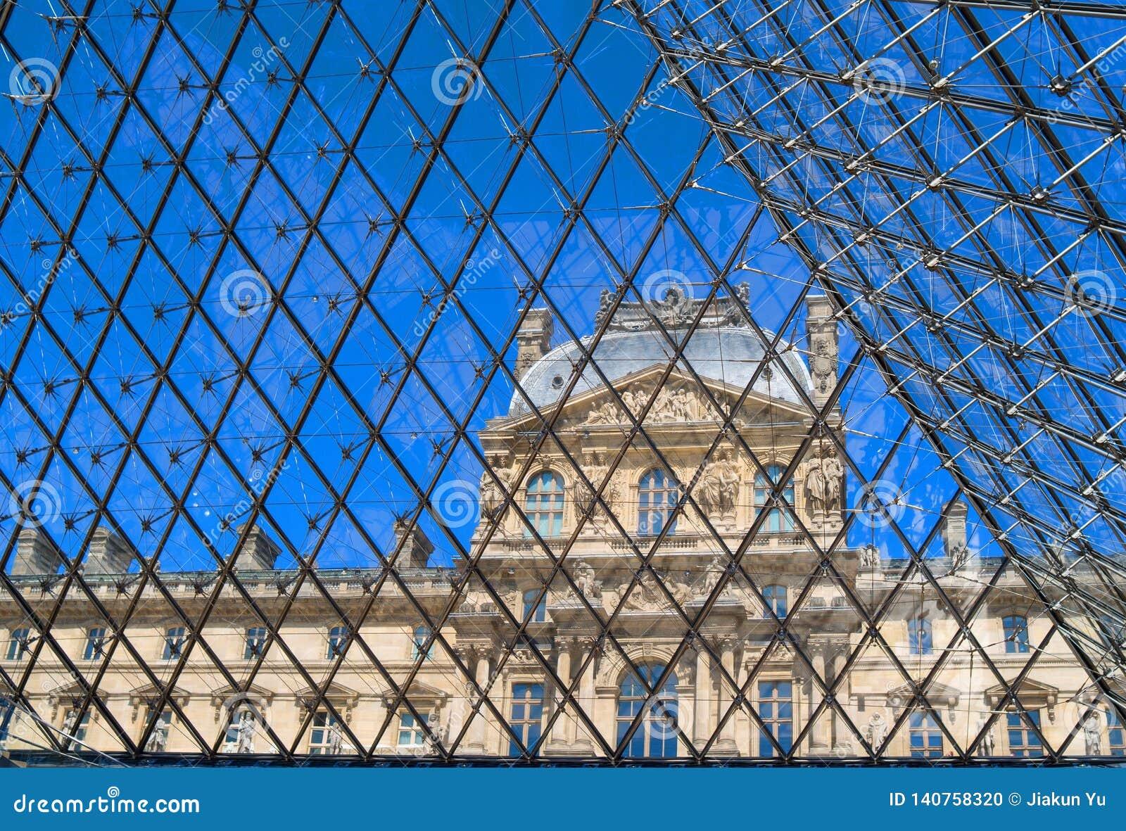 Louvre na siatce w Paryż, Francja