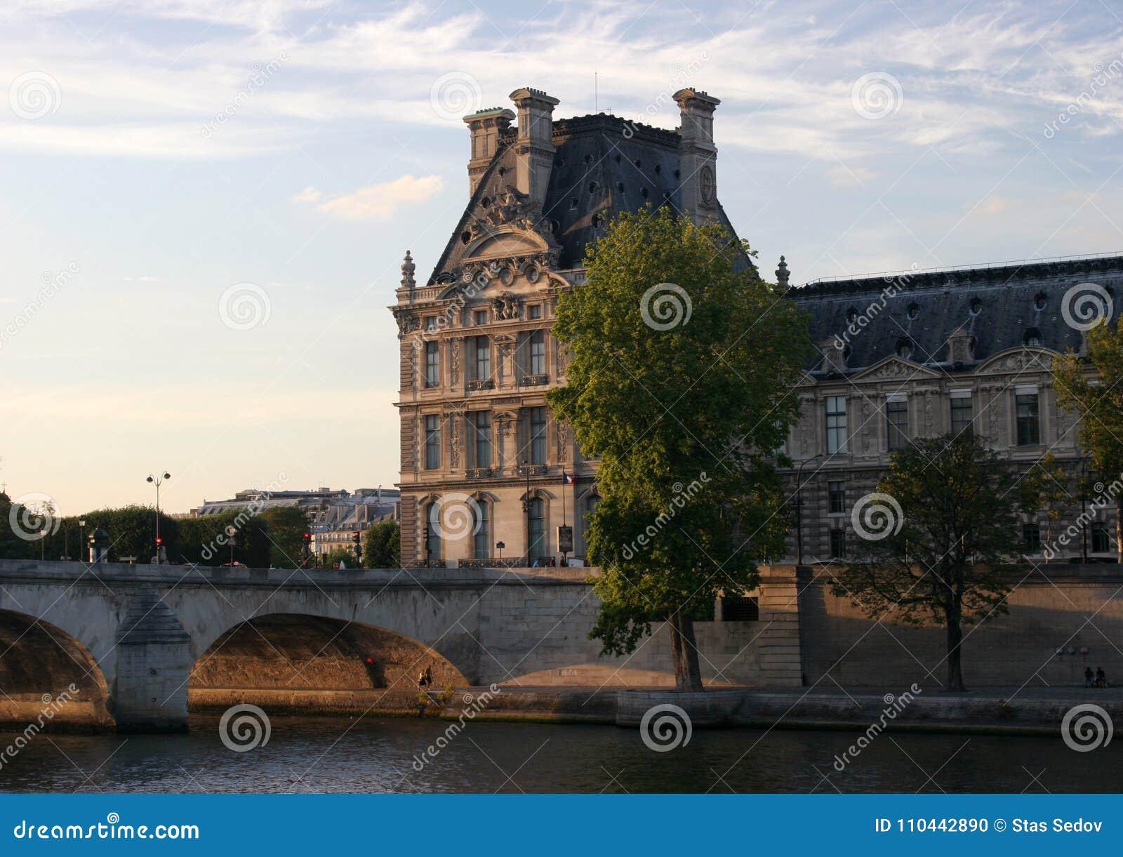 Louvre no por do sol