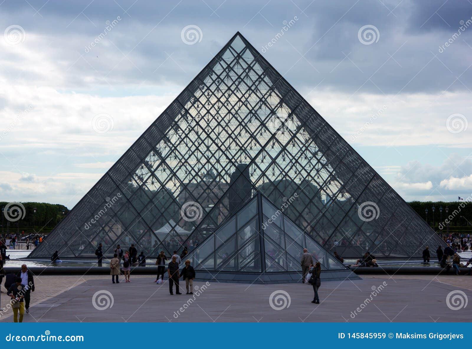 Louvre ostros?upa muzeum w Pary?, Francja, Czerwiec 25, 2013