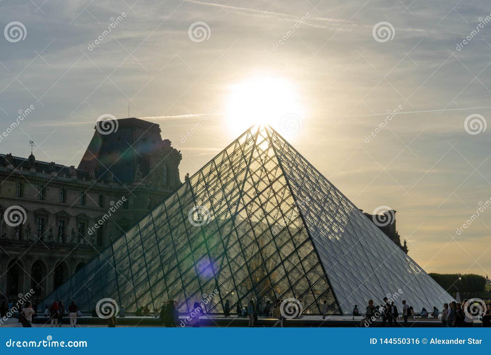 Louvre que construye la pirámide en París Francia