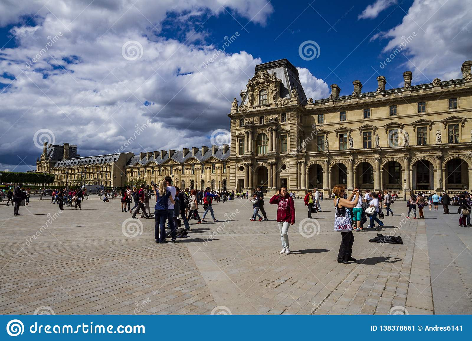 Louvrefasad i Paris