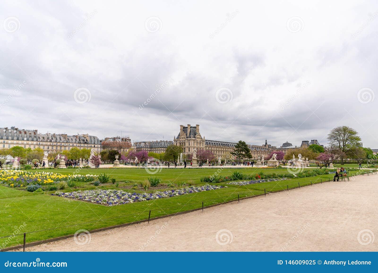Louvremuseet som beskådas från den Tuileries trädgården