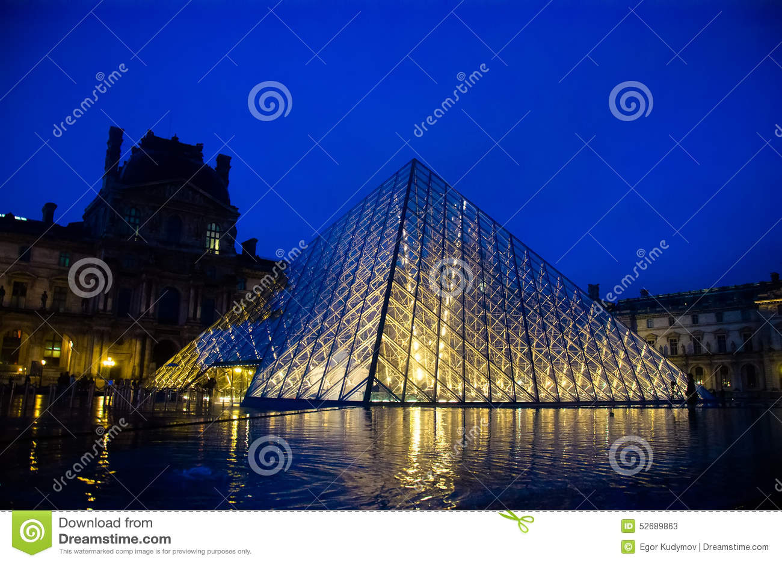 Louvremuseum bij schemering