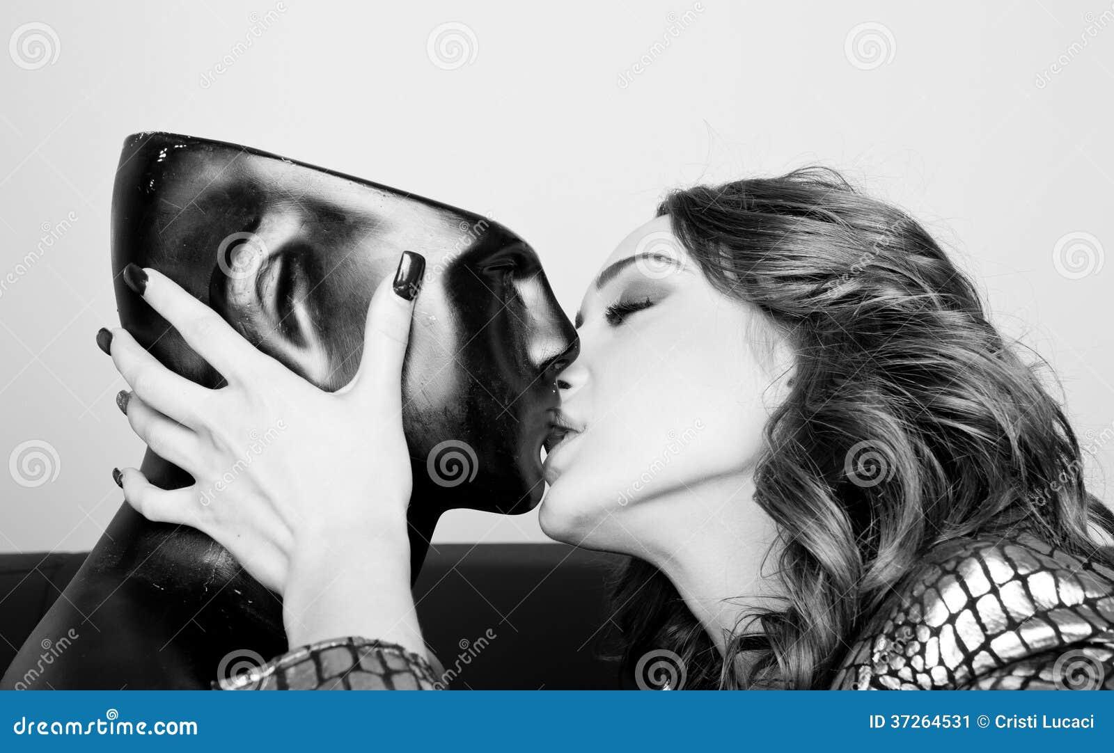 Resultado de imagem para woman kissing a mannequin
