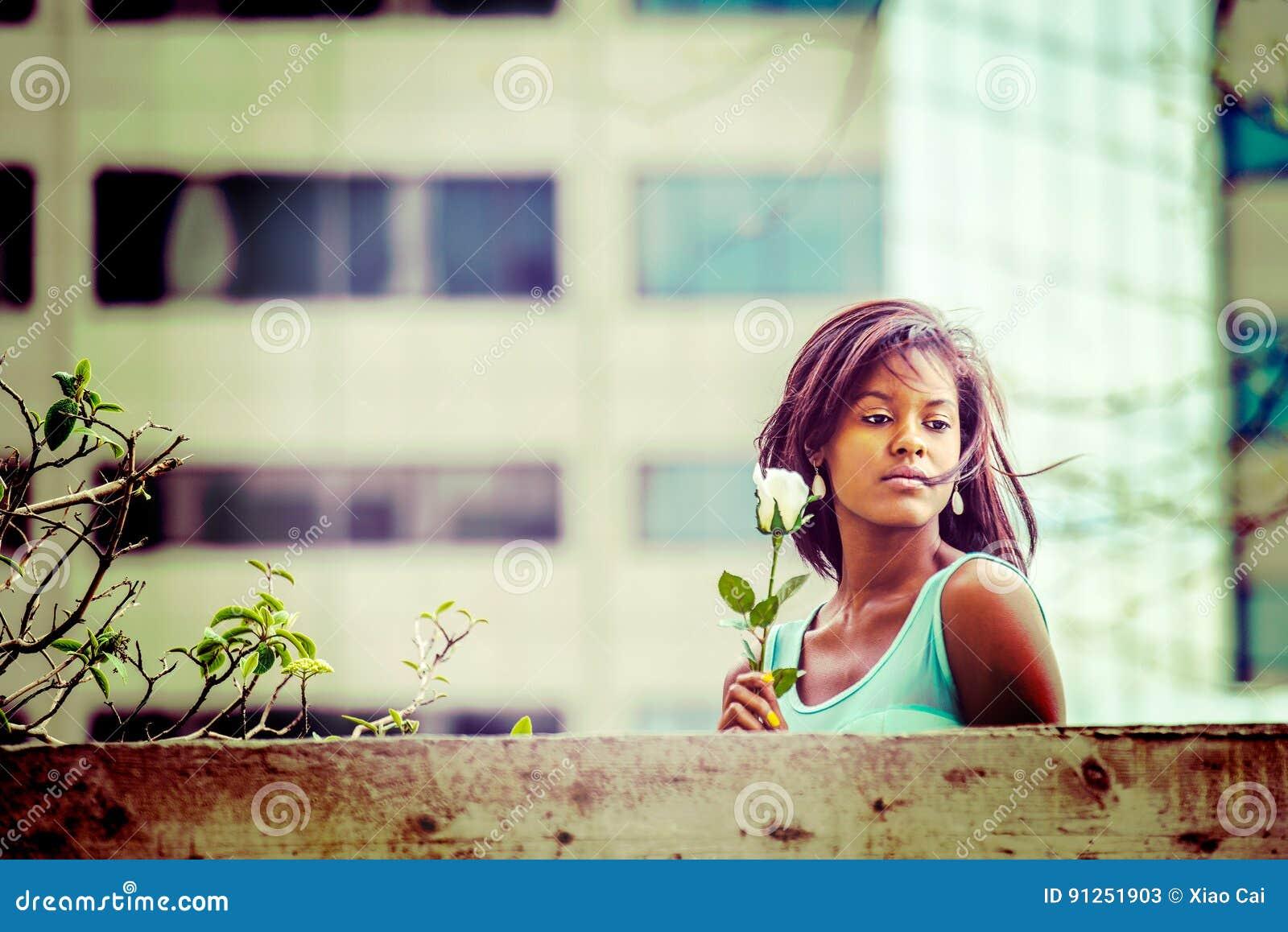 Love Story over jonge Afrikaanse Amerikaanse vrouw die u missen met w