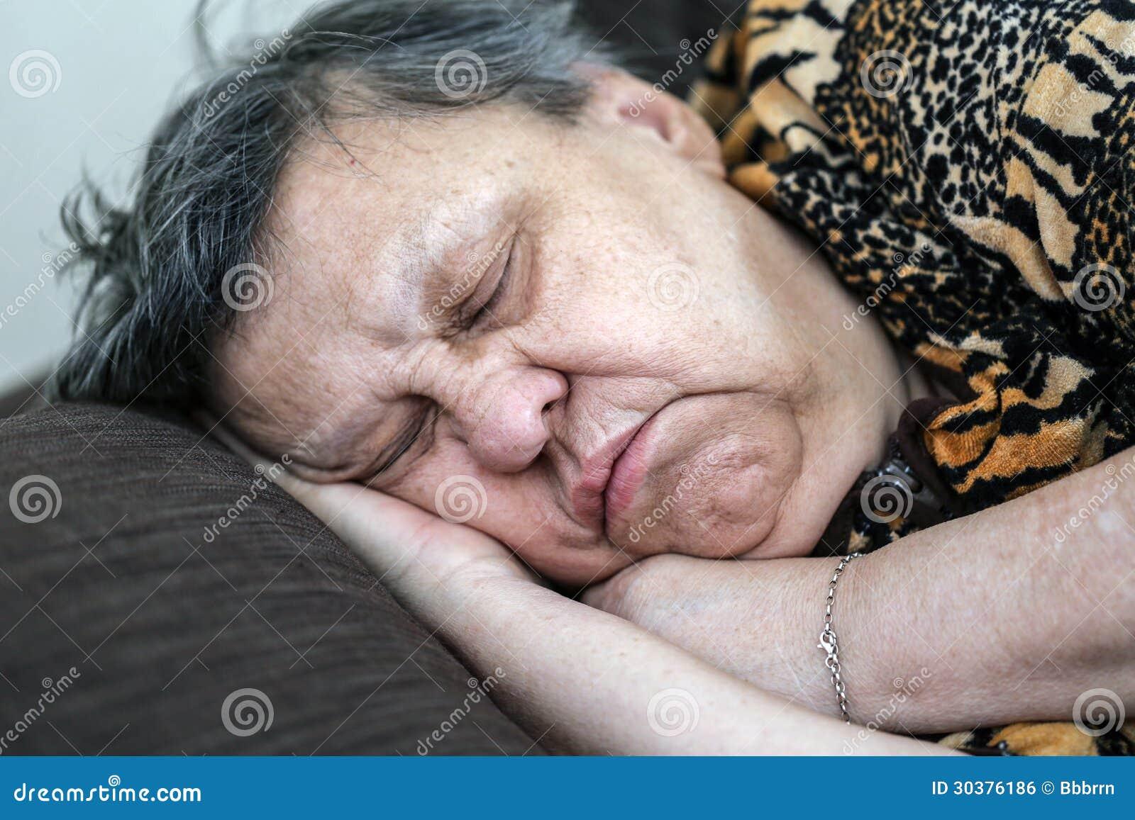 Спящей засунули член в рот, Брат засунул хуй в рот пьяной спящей сестре блондинке 25 фотография
