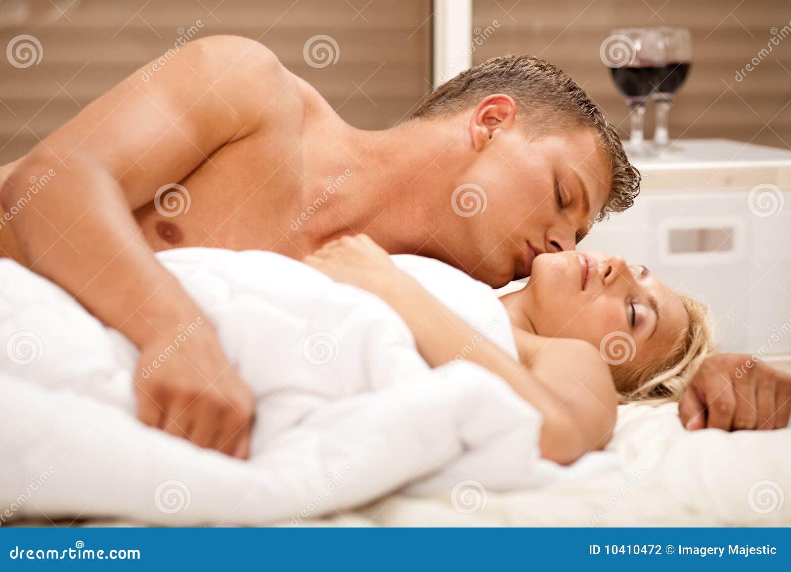 Секс в постеле домашний, Муж и жена в постели снимают домашнее порно 24 фотография