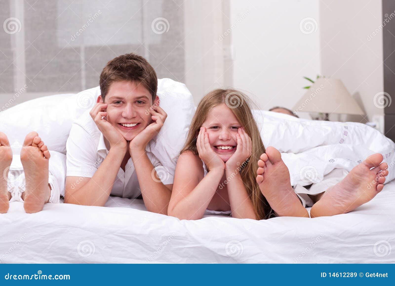 Фото сестра и брат в постели 10 фотография
