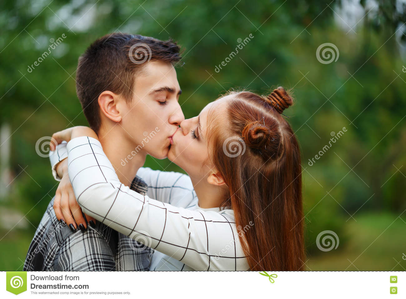 How to have first kiss with boyfriend