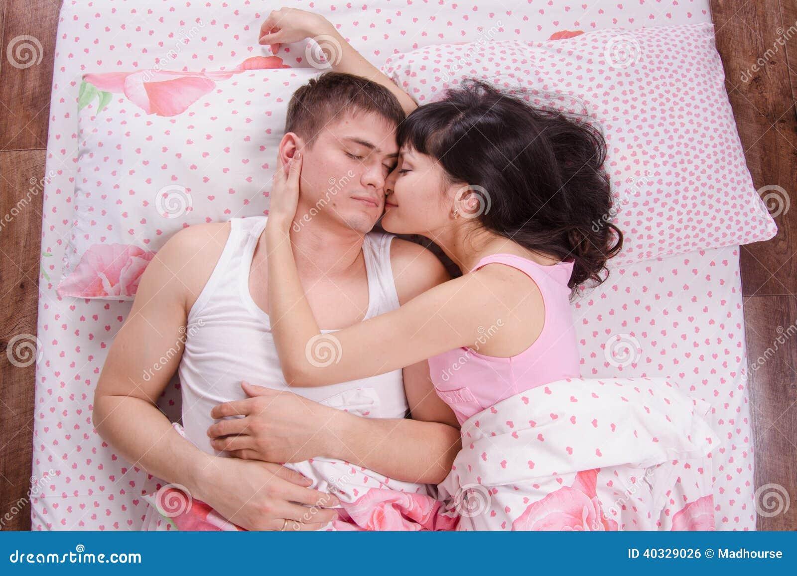 Фото в постели девочки и мальчика 20 фотография