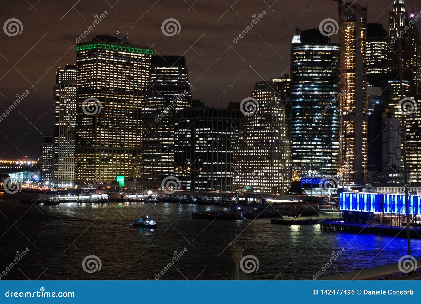 Lower Manhattan przy nocą od Brooklyn