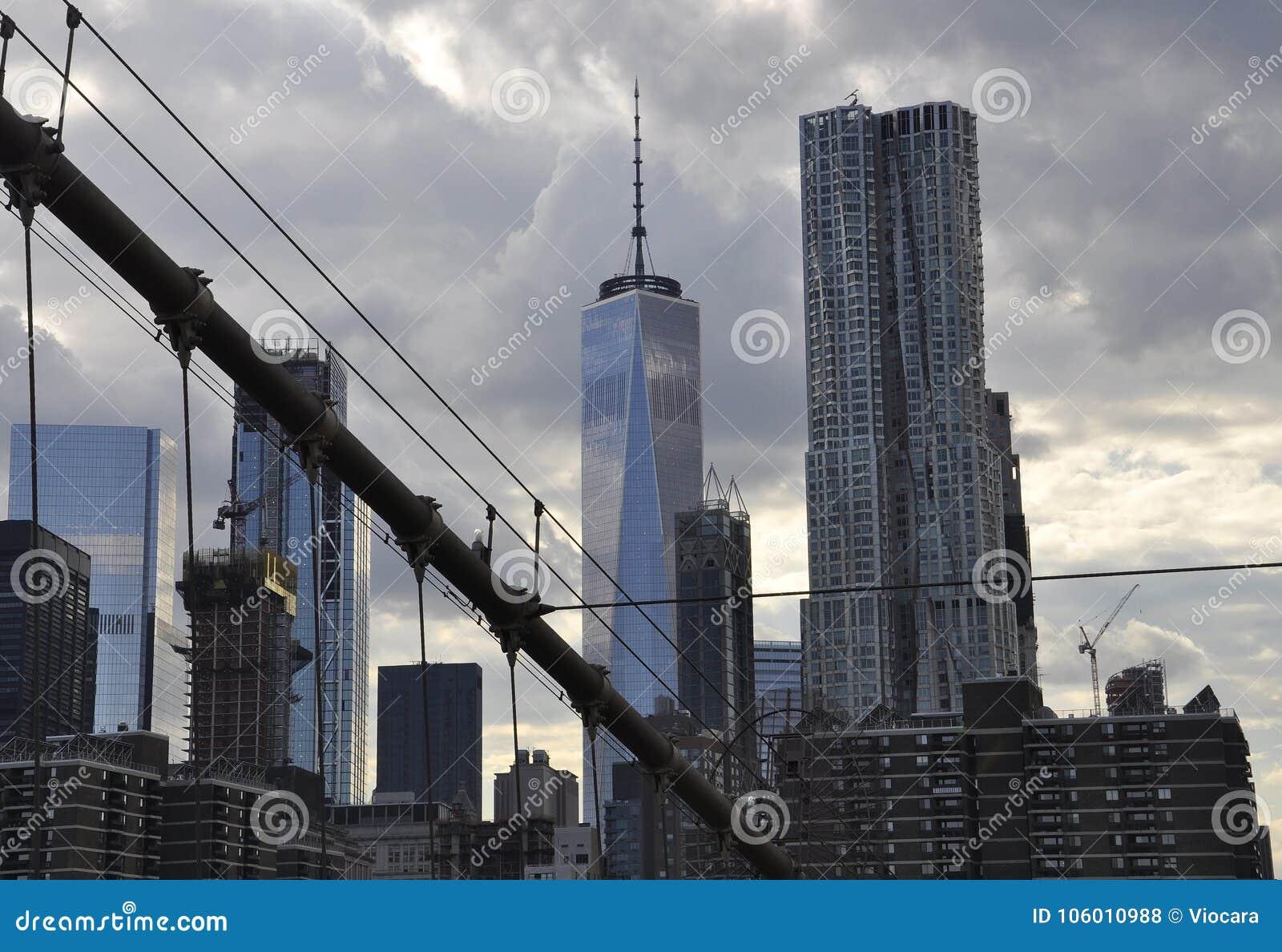 Lower Manhattan ragt Ansicht von der Brooklyn-Brücke über East River von New York City in Vereinigten Staaten hoch