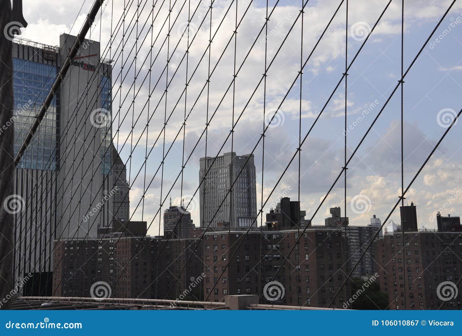 Lower Manhattanmening van de Brug van Brooklyn over de Rivier van het Oosten van de Stad van New York in Verenigde Staten