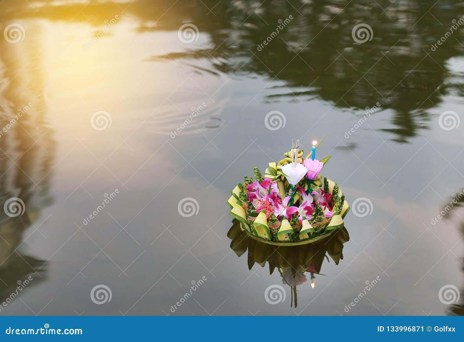Loy Krathong-Festival, Krathong, das in Teich für Verzeihen Göttin der Ganges schwimmt, um Festival in Thailand zu feiern