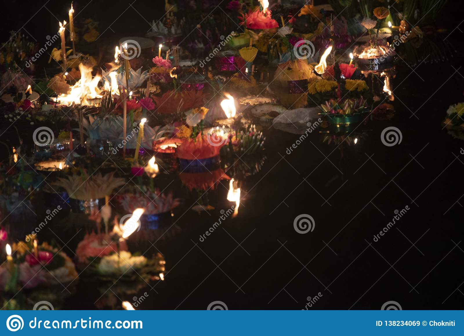 Loy Krathong-het festival, Mensen koopt bloemen en kaars aan licht en vlotter op water om het Loy Krathong-festival binnen te vie