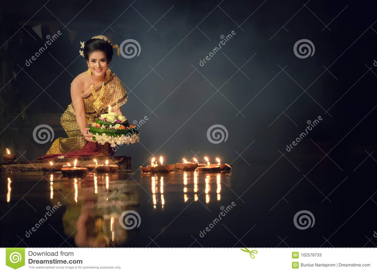 Loy Krathong Tradycyjny festiwal, Tajlandzki kobieta chwyta kratong, Tajlandzki
