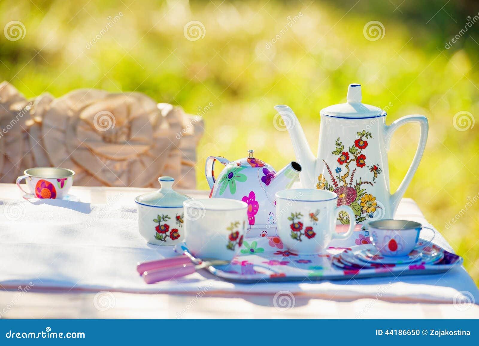 Loza del té en el jardín