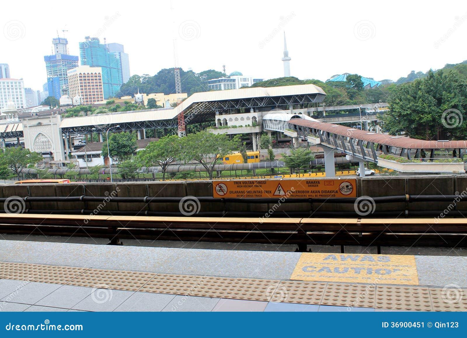 LRT ślada z transport sekcją w mieście