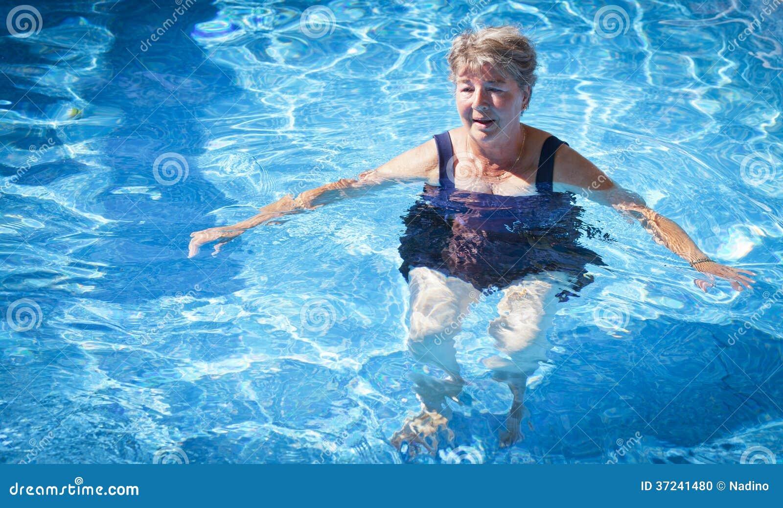 Ältere Frauen-Schwimmen Stockfoto - Bild: 37241480