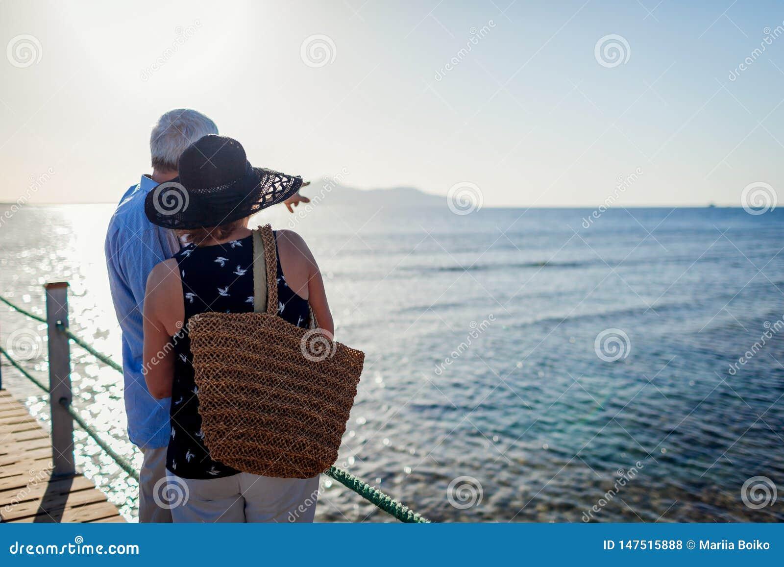 ?ltere Paare, die auf Pier durch Rotes Meer gehen Leute, die Sommerferien und -landschaft genießen