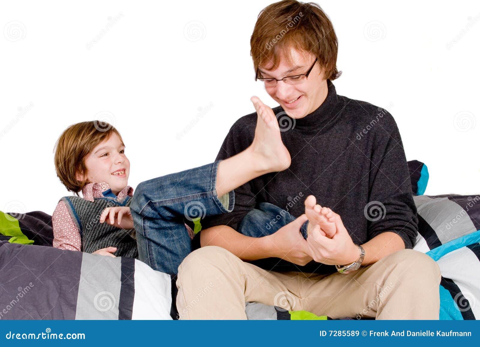 Älterer Bruder Tickling Das Junge Lizenzfreie Stockbilder