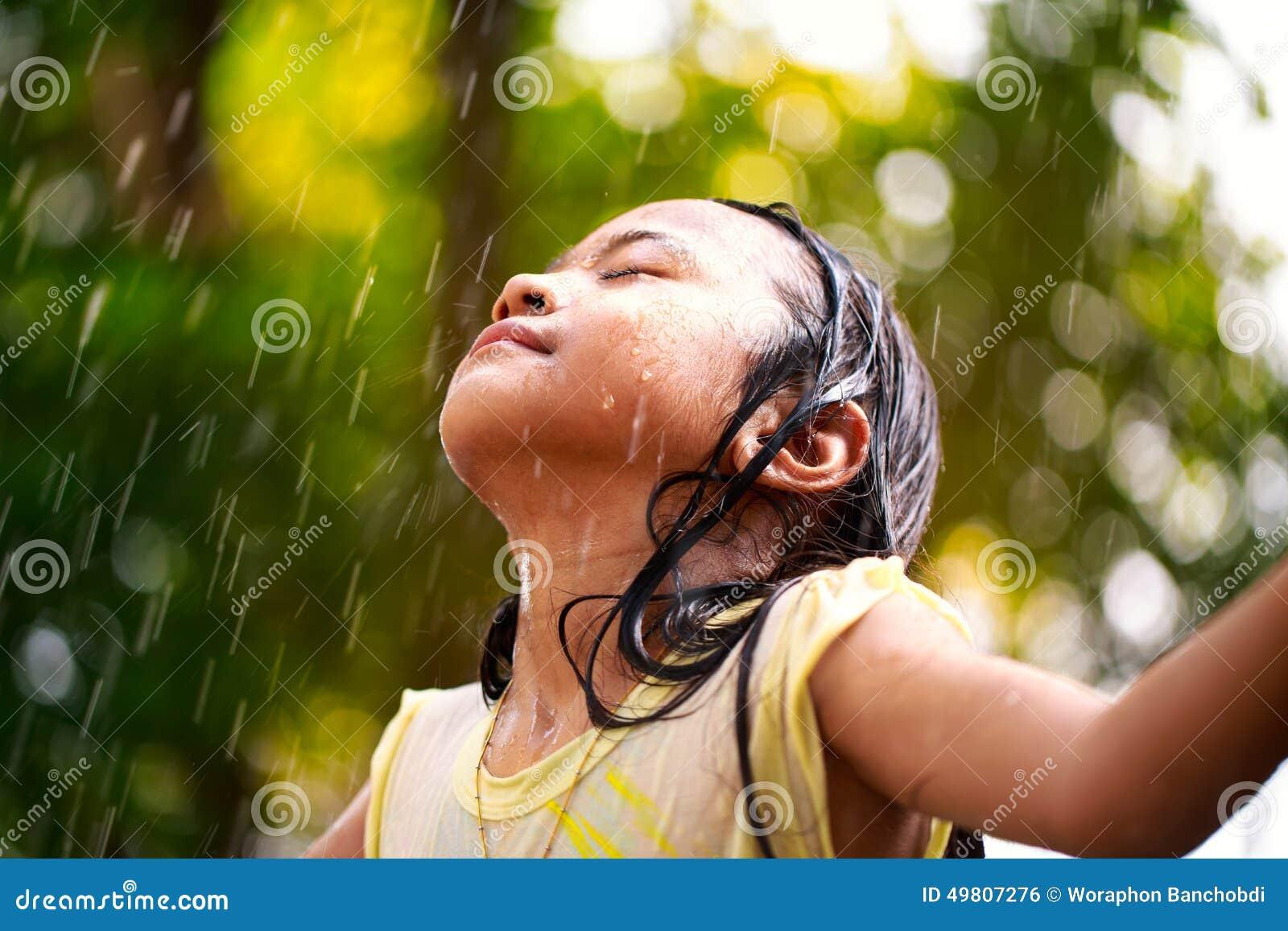 Lttle flicka i regnet