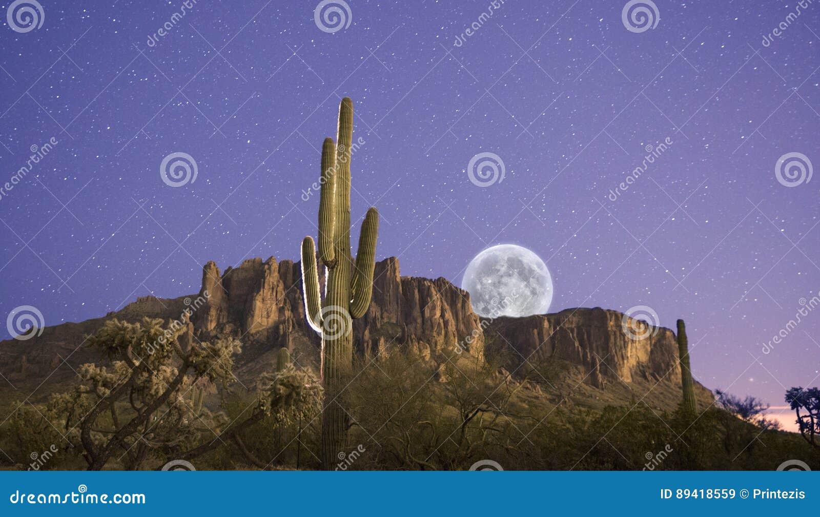 A lua aumenta sobre montanhas da superstição