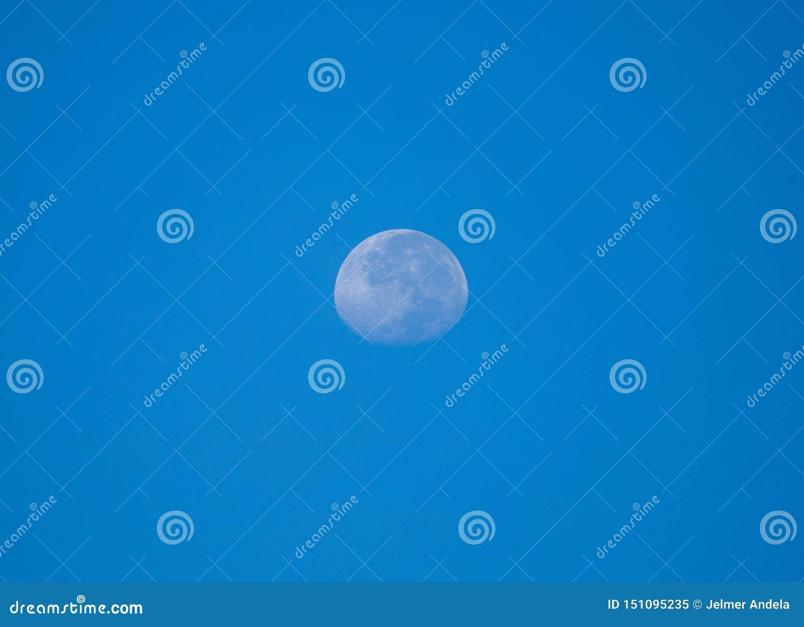 Lua brilhante durante o dia com um céu claro