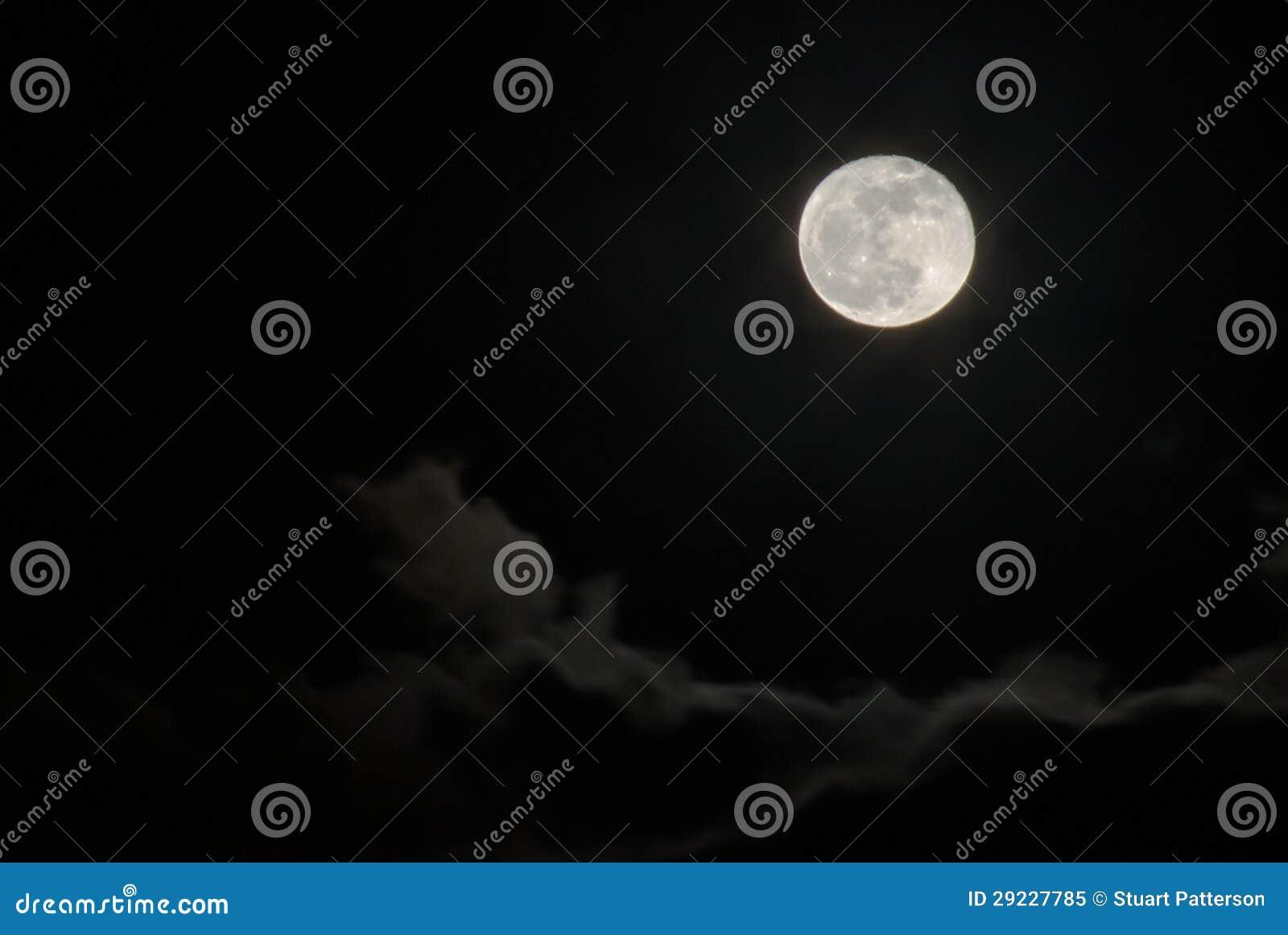 Download Lua cheia acima das nuvens imagem de stock. Imagem de lunar - 29227785