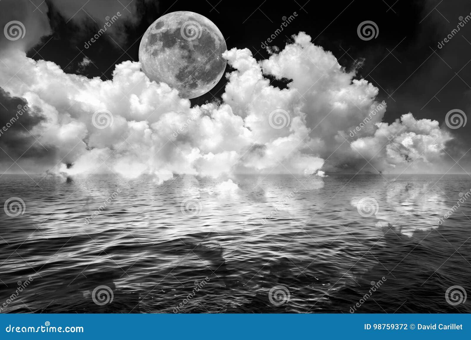 A Lua cheia e as nuvens no céu noturno escuro da fantasia refletiram na água ondulada do oceano