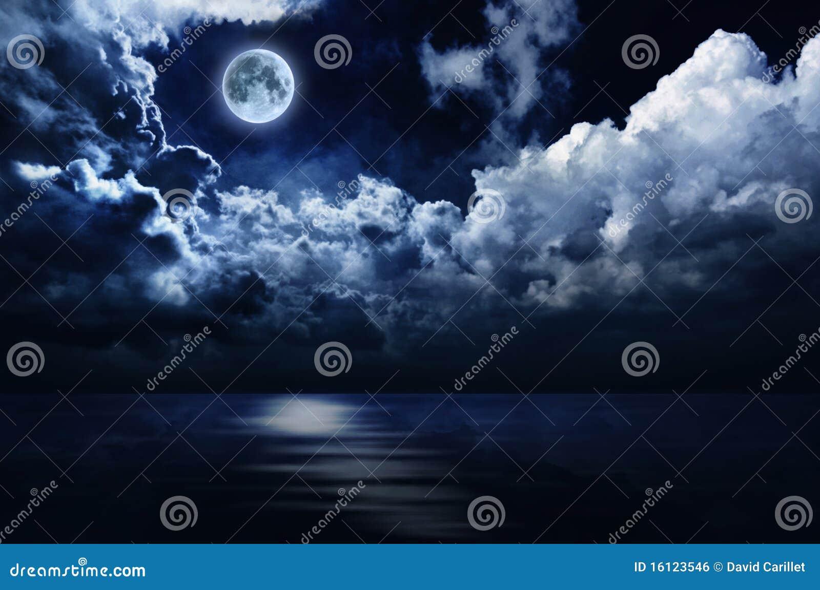 Lua cheia e céu nocturno românticos sobre a água
