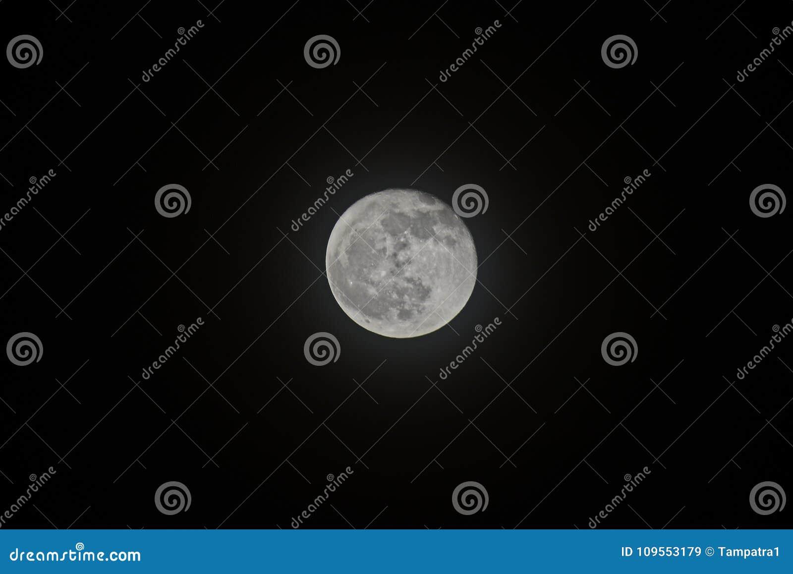 A Lua cheia na noite isolada no fundo preto