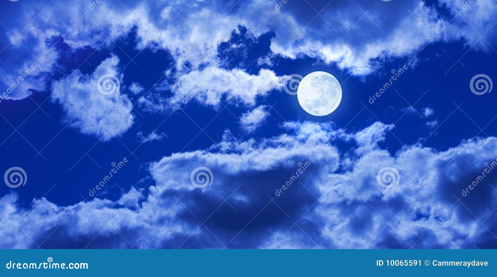 A Lua cheia nubla-se o panorama do céu