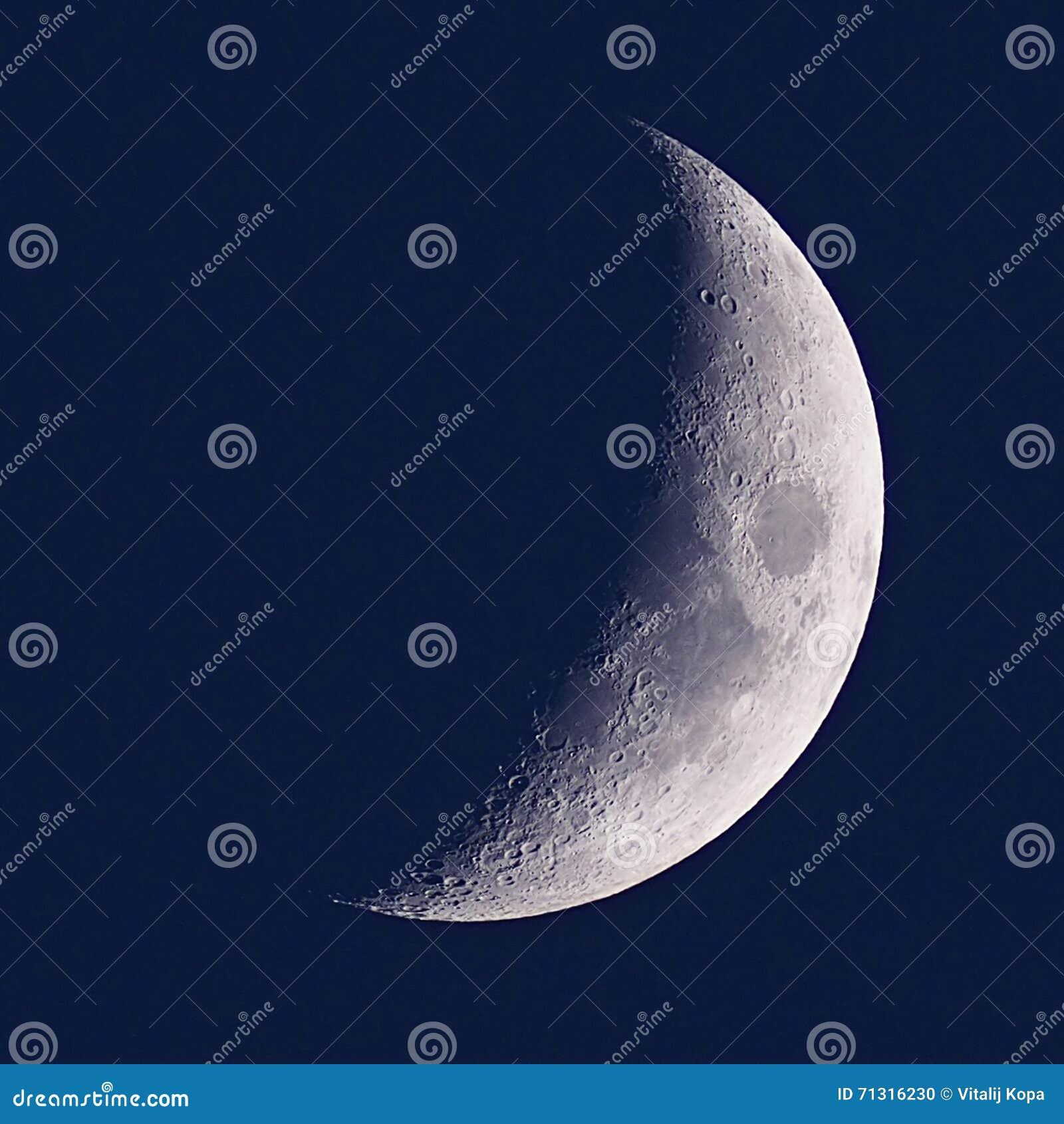 Lua no céu azul