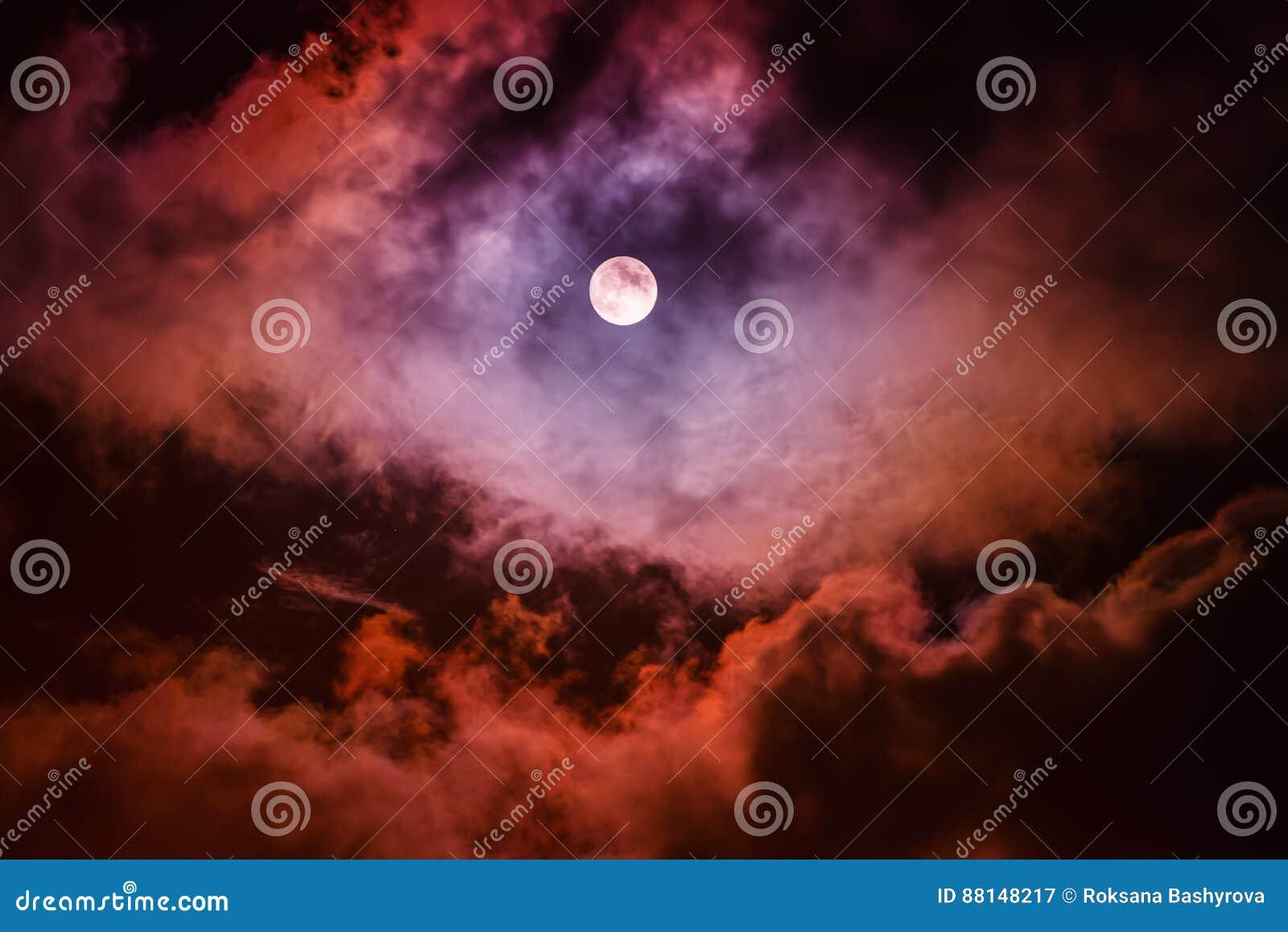A lua no céu escuro