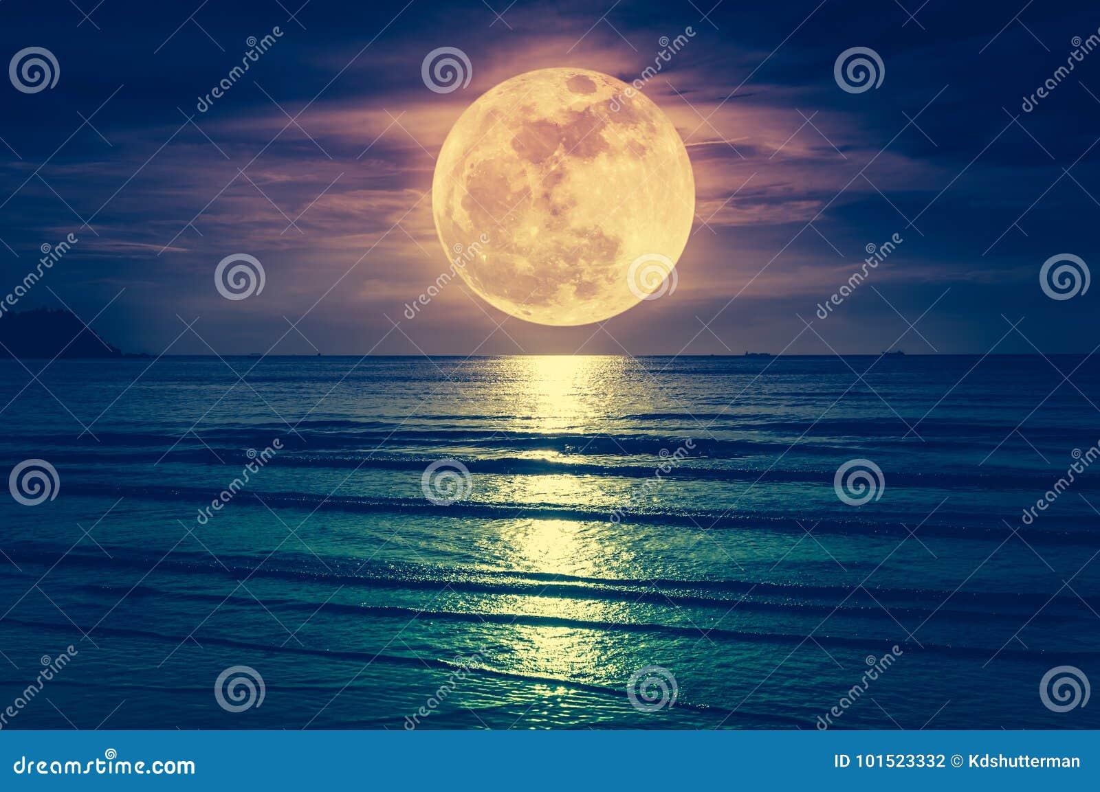 Lua super Céu colorido com nuvem e a Lua cheia brilhante sobre o SE