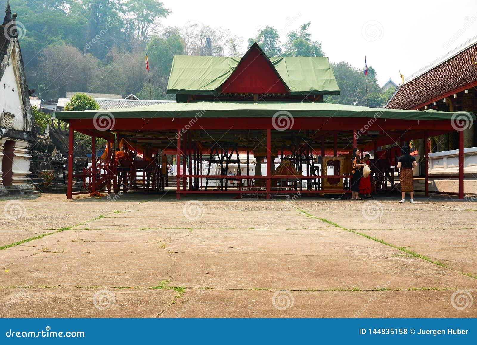 LUANG PRABANG, LAOS - APRIL 14, 2019 De MONNIKEN zitten in tempel bij pi-MAI Lao New Year, groot waterfestival