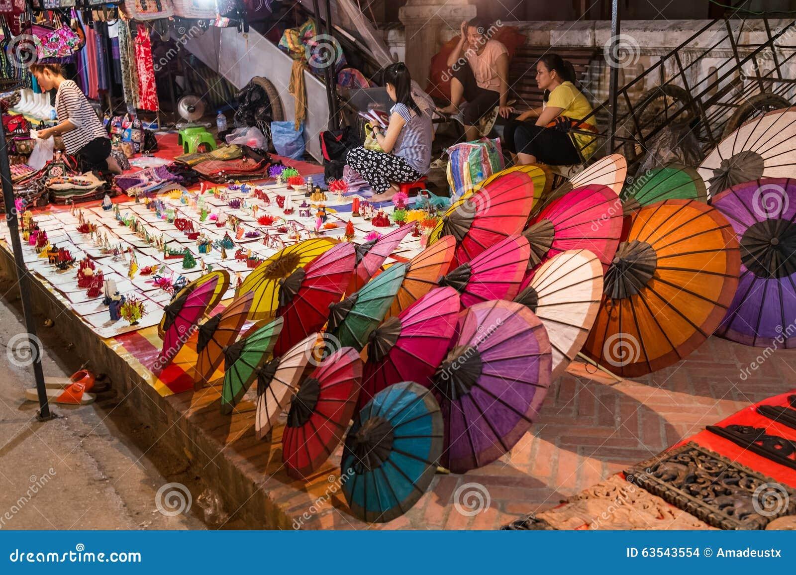 Luang Prabang, Laos - circa agosto 2015: I ricordi sono venduti al mercato di notte in Luang Prabang, Laos